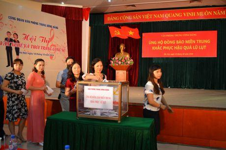 Van phong T.U Dang ung ho dong bao mien Trung 450 trieu dong - Anh 2