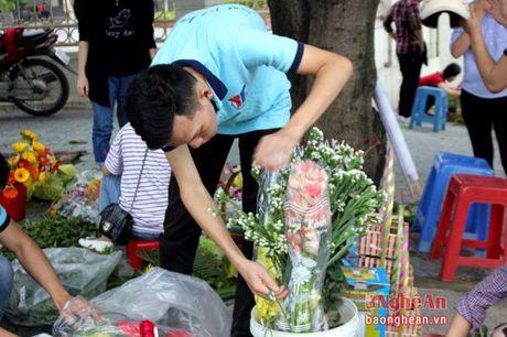 Sinh vien Dai hoc Vinh buon hoa, ung ho dong bao bi lu lut - Anh 3