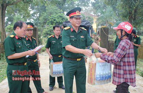 Su doan 324 (Quan khu 4) tang qua ba con vung lu Huong Khe - Anh 1