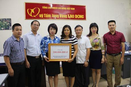 CD Xay dung VN: Trao 200 trieu ung ho dong bao vung lu Mien Trung - Anh 1