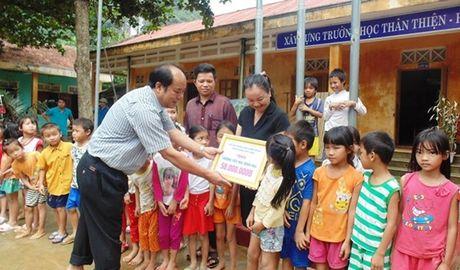 Pho Chu tich Tong LDLD VN trao qua ho tro cho nguoi dan vung lu Quang Binh - Anh 2