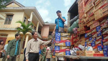 Pho Chu tich Tong LDLD VN trao qua ho tro cho nguoi dan vung lu Quang Binh - Anh 3