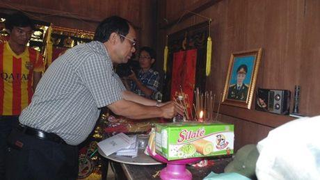 Pho Chu tich Tong LDLD VN trao qua ho tro cho nguoi dan vung lu Quang Binh - Anh 4