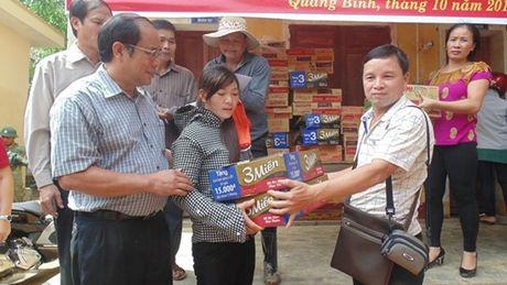 Pho Chu tich Tong LDLD VN trao qua ho tro cho nguoi dan vung lu Quang Binh - Anh 5