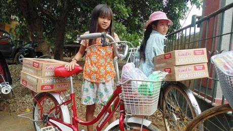 Pho Chu tich Tong LDLD VN trao qua ho tro cho nguoi dan vung lu Quang Binh - Anh 6