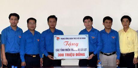 T.U Doan tham va trao tien giup cac tinh mien Trung - Anh 1