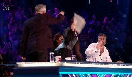 Simon Cowell bi giam khao X Factor nem do vao nguoi - Anh 2
