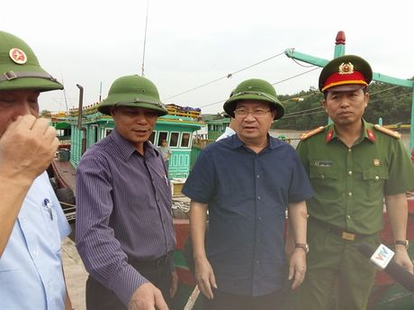 Pho Thu tuong Trinh Dinh Dung va Bo truong Nguyen Xuan Cuong truc tiep chi dao phong chong bao so 7 o hien truong - Anh 2