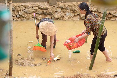 Hoa hau Ngoc Han vuot lu den trao qua cho nguoi dan Ha Tinh - Anh 13