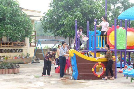 Hoa hau Ngoc Han vuot lu den trao qua cho nguoi dan Ha Tinh - Anh 14