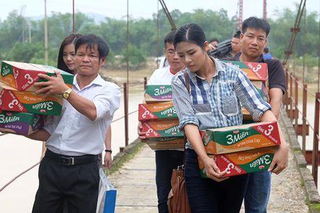Hoa hau Ngoc Han vuot lu den trao qua cho nguoi dan Ha Tinh - Anh 1