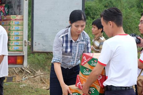 Hoa hau Ngoc Han vuot lu den trao qua cho nguoi dan Ha Tinh - Anh 6