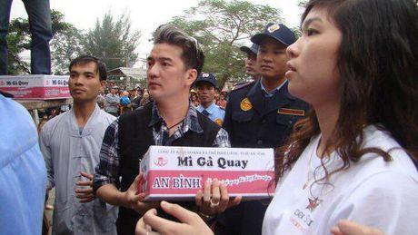 Keu goi vi dong bao mien Trung, Dam Vinh Hung van bi... 'nem da' - Anh 1