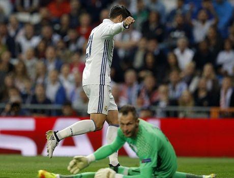 Ronaldo vo duyen, Real van 'diet gon' Legia tren san nha - Anh 5