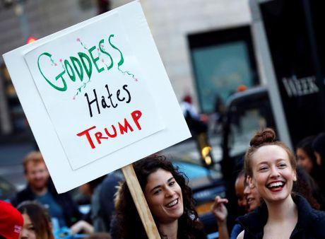 Phu nu bieu tinh phan doi ty phu Donald Trump - Anh 7