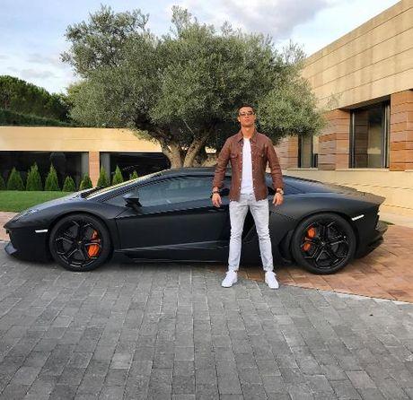 Khoe sieu xe, Cristiano Ronaldo bi che anh the tham - Anh 1