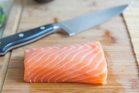 Cach tu cuon sushi ca hoi ngon me ly tai nha - Anh 2