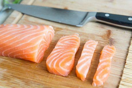 Cach tu cuon sushi ca hoi ngon me ly tai nha - Anh 3