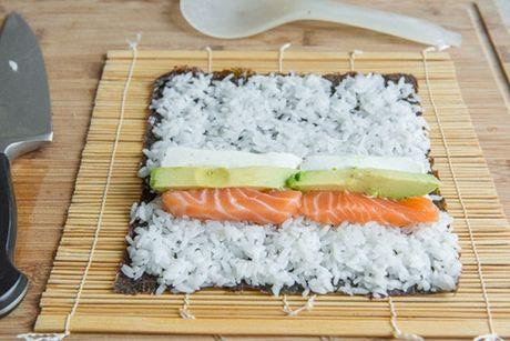 Cach tu cuon sushi ca hoi ngon me ly tai nha - Anh 6