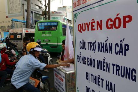 Nguoi dan TPHCM quyen gop cuu tro dong bao vung lu - Anh 1
