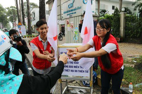 Nguoi dan TPHCM quyen gop cuu tro dong bao vung lu - Anh 4