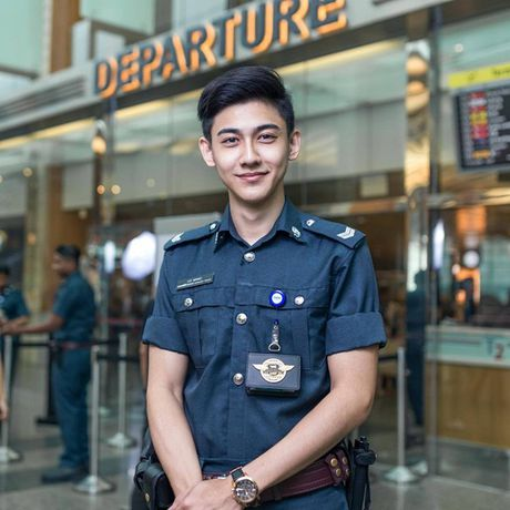 Chang canh sat dep trai, hut fan o san bay Singapore - Anh 1