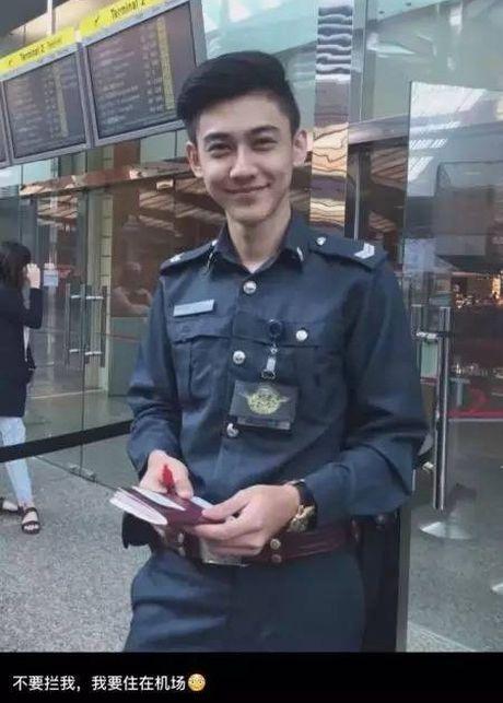 Chang canh sat dep trai, hut fan o san bay Singapore - Anh 5