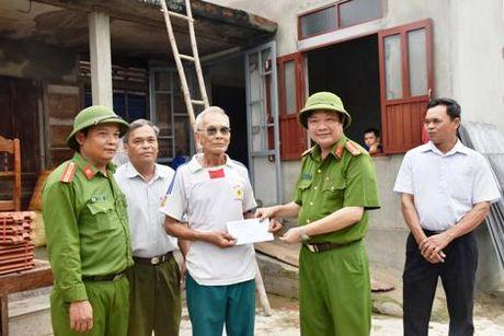 Thanh pho Ho Chi Minh ung ho Quang Tri 2 ty dong khac phuc bao lut - Anh 2