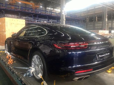 Porsche Panamera Turbo 2017 dap may bay ve Viet Nam - Anh 1
