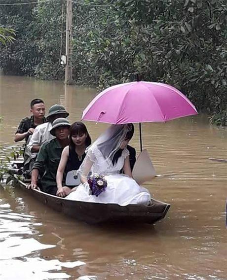 Xuc dong canh ruoc dau ngay thoi diem nuoc lu dang cao o Ha Tinh - Anh 1