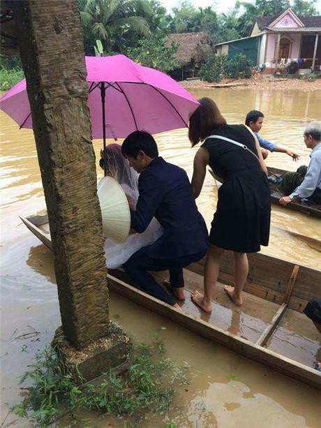 Xuc dong canh ruoc dau ngay thoi diem nuoc lu dang cao o Ha Tinh - Anh 2