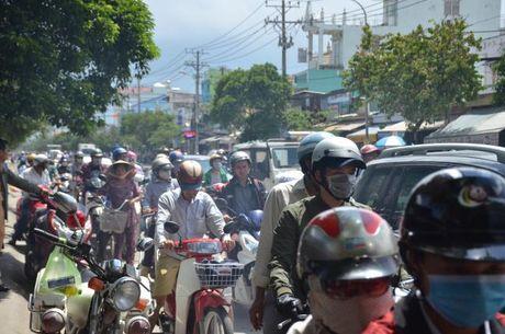 Nguoi phu nu bi xe bon keo le hang chuc met tren duong - Anh 2