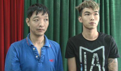 Bat 2 doi tuong van chuyen 40 banh can sa - Anh 1