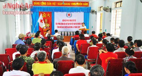 Hoi Chu thap do Nghe An cap phat hang cuu tro tai xa Hung Trung (Hung Nguyen) - Anh 1