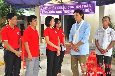 Hoi Chu thap do Nghe An cap phat hang cuu tro tai xa Hung Trung (Hung Nguyen) - Anh 4