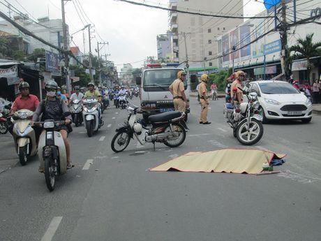 Va cham xe buyt, 2 chi em thuong vong - Anh 2