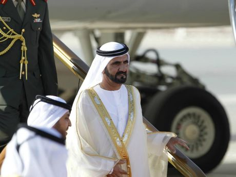 Quoc vuong Dubai dieu may bay rieng di cuu tro - Anh 2