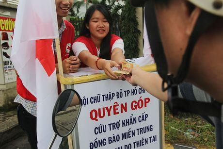 Am long nguoi Sai Gon quyen gop ung ho mien Trung - Anh 13