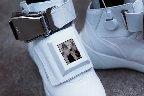 Giay sneakers tich hop Wi-Fi, sac du phong va man hinh - Anh 1