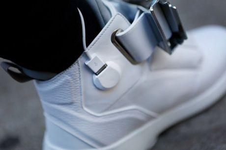 Giay sneakers tich hop Wi-Fi, sac du phong va man hinh - Anh 2
