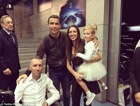 Nghia cu cua Ronaldo voi dong nghiep mac benh hiem ngheo - Anh 2