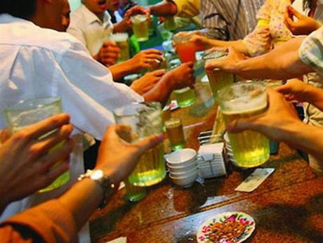 Nguoi Viet nhat the gioi ve uong ruou bia: Gia tang benh tat - Anh 1