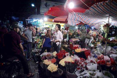 Thi truong hoa 20/10: Gia tang gap 3 van chay hang - Anh 2