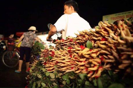 Thi truong hoa 20/10: Gia tang gap 3 van chay hang - Anh 3