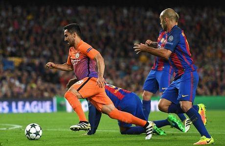 Messi lap hattrick, Bravo nhan the do, Pep Guardiola tiep tuc nhan trai dang trong ngay tro ve - Anh 2