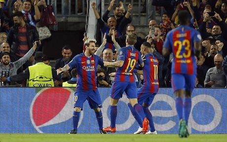 Messi lap hattrick, Bravo nhan the do, Pep Guardiola tiep tuc nhan trai dang trong ngay tro ve - Anh 4