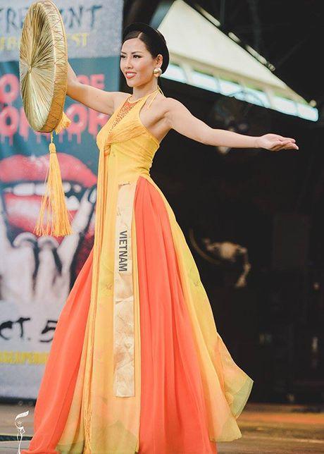 Nguyen Thi Loan lot top 10 trang phuc dan toc Miss Grand International - Anh 1