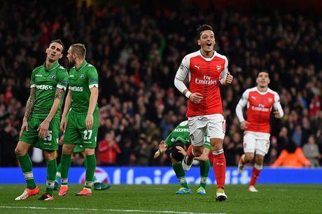 Champions League: Ozil ruc sang, Arsenal nghien nat Ludogorets - Anh 1