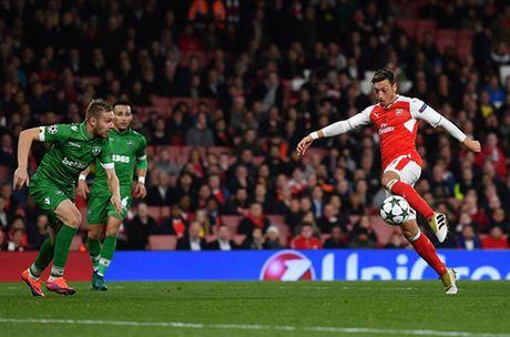 Champions League: Ozil ruc sang, Arsenal nghien nat Ludogorets - Anh 2