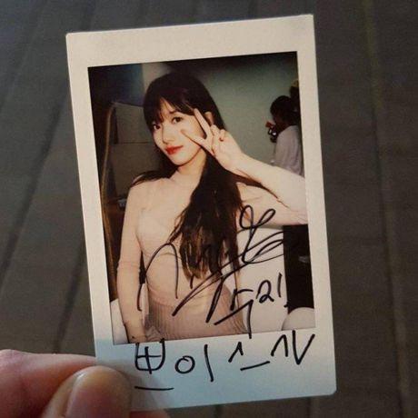 Suzy gay soc khi chi tien tui mua qua khung tang fan - Anh 3
